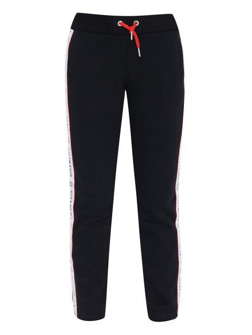 Спортивные брюки с лампасами - Общий вид