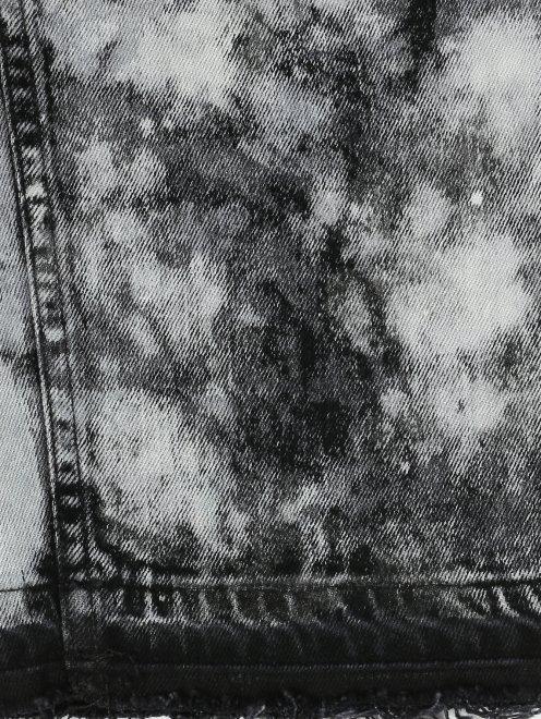 Укороченные джинсы из темного денима с узором - Деталь2