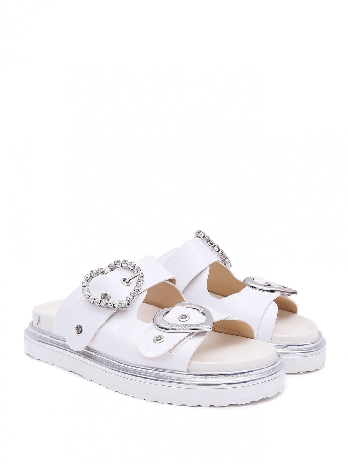 Сандалии на патформе с фигруной пряжкой Love Moschino  –  Общий вид  – Цвет:  Белый