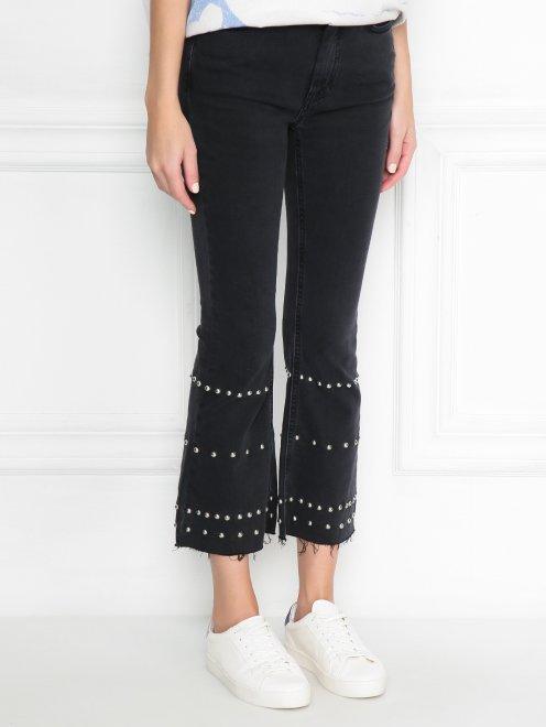Укороченные джинсы с металлической фурнитурой - МодельВерхНиз